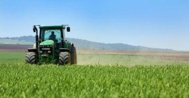 trator em terreno agrícola com pivots de rega
