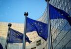 bandeiras UE em frente à Comissão Europeia