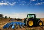 trator - terreno agrícola - Vida Rural
