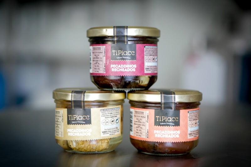 A empresa produz ameixas, azeitonas, cogumelos, figos, pimentos e tâmaras recheadas com queijo creme