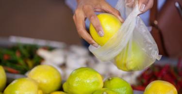 Sacos de plástico ultraleves para hortofrutícolas proibidos no comércio em 2023