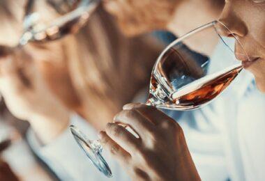 """A Universidade Católica no Porto vai apresentar os resultados do estudo """"Consumo de Vinho Durante o Covid-19"""" no dia 26 de abril, às 17h30."""
