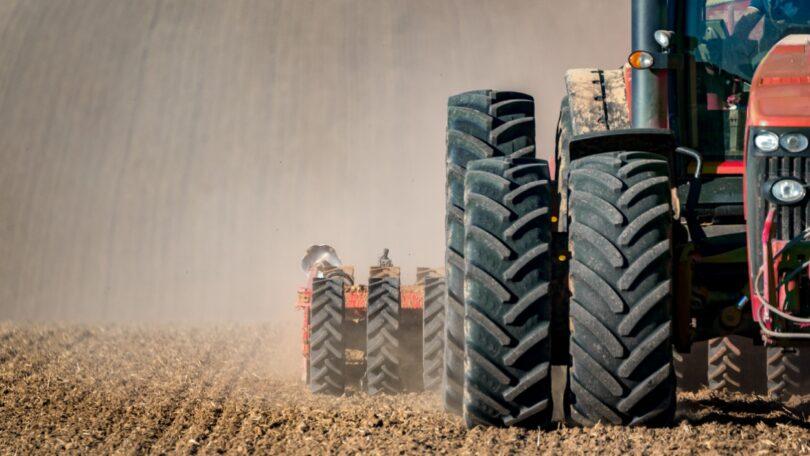 A AT esclareceu que a venda de pneus de trator paga taxa reduzida ou normal de IVA consoante esteja ou não integrada num serviço de reparação.